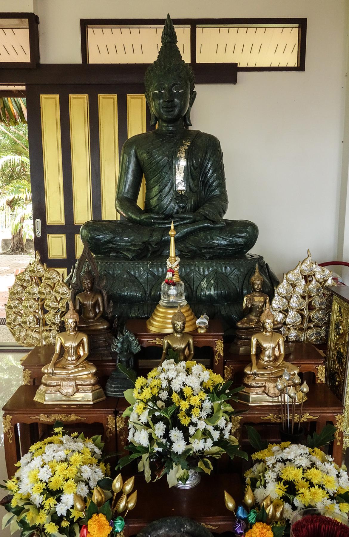 meditera med en munk